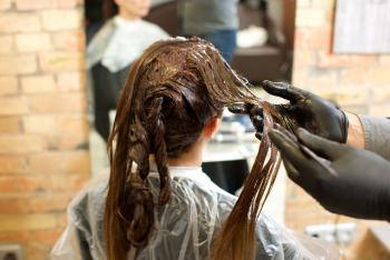 .2018年のヘアカラーの流行は「暗髪」です