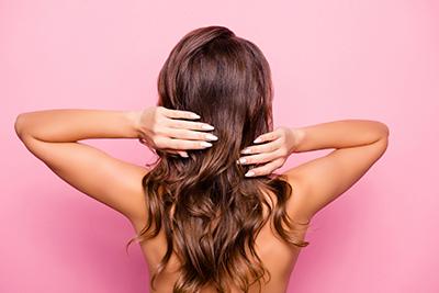 広がりやうねりが気になる!梅雨の髪対策方法とは?